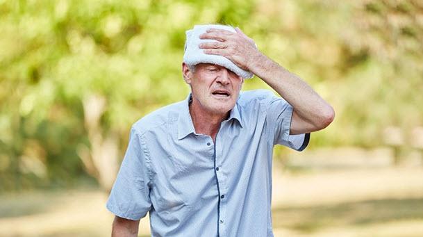 Nên làm gì để tránh các bệnh nắng nóng cho tuổi già?